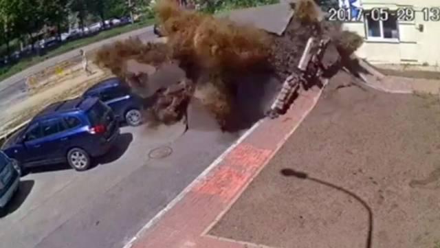 La espectacular explosión de una tubería de aguas residuales en Kiev